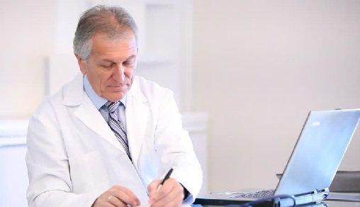 Doktor förbereder sin diagnos och tilldelar din behandling och droger